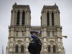 Paris (France), 29/10/2020.- A police officer stands guard in front of Notre-Dame Cathedral as the bells ring at 3pm to pay tribut to the victims of the church attack in Nice earlier in the day, in Paris, France, 29 October 2020. According to recent reports following a knife attack on the Notre Dame Basilica church in Nice, at least three people are reported to have died in what officials treat as a terror attack. The attack comes less than a month after the beheading of a French middle school teacher in Paris on 16 October. France has hightened its security threat level in response to the two attacks. (Atentado, Francia, Niza) EFE/EPA/IAN LANGSDON