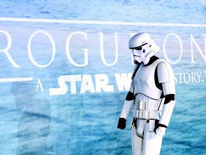 Um fã vai assistir ao filme vestido de Stormtrooper.