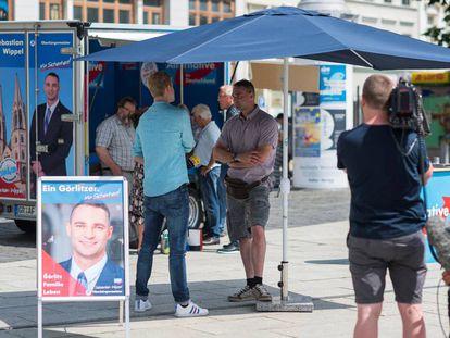 O candidato do Alternativa pela Alemanha em Görlitz, Sebastian Wippel (de camisa e bermuda), durante a campanha para as eleições municipais de domingo.