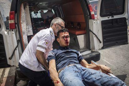 Um ferido é levado em ambulância nos arredores da mesquita de Al Aqsa, nesta segunda-feira.