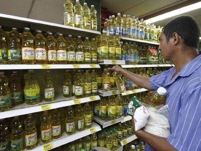 Venezuelanos fazem compras em um supermercado de Cúcuta, Colômbia.