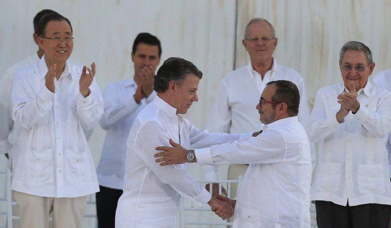 Santos e Timochenko, depois de assinar o primeiro acordo de paz em setembro.
