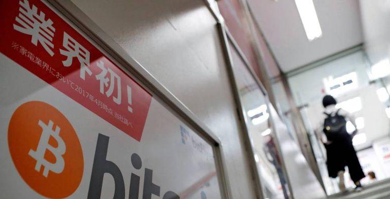 Anúncio de bitcoin em uma loja em Tóquio, Japão.