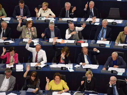 Eurodeputados votam o acordo que acabou com veto a Cuba.