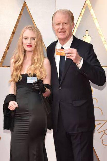 Ed Begley acompanhado de sua filha Hayden Begley e de seu bônus do Metro de Los Angeles.