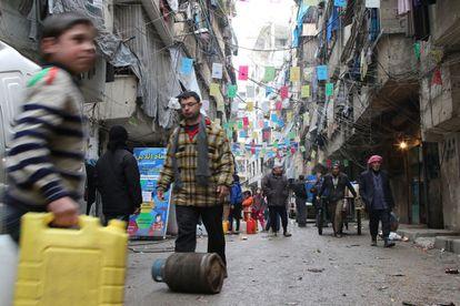 Moradores de Aleppo se abastecem com alimentos, na quinta-feira.