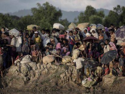 Refugiados rohingyas esperam para cruzar o rio Naf, que delimita a fronteira entre Myanmar e Bangladesh, em 9 de outubro