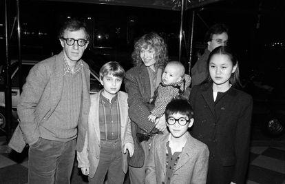 Woody Allen e Mia Farrow com Fletcher, Dylan (no colo de Mia), Moses (de óculos) e Soon-Yi, em Nova York, 1986.