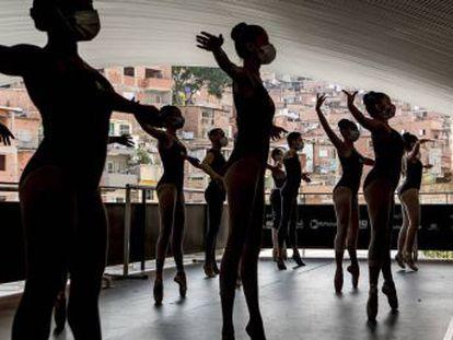 Paraisópolis é pobre, o que não diferencia este enclave de São Paulo de outras favelas brasileiras. Mas aqui, em meio ao duro impacto da pandemia, uma rede de ativistas de bairro e pequenos empresários locais abriu janelas de esperança