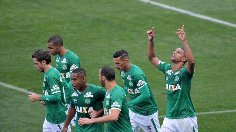 Bruno Rangel comemora gol (de braços erguidos)