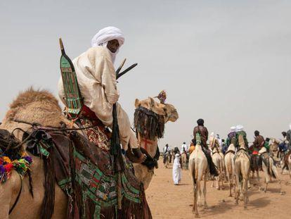 Um nómada vai ao festival de 'A cura salgada', no deserto de Níger.