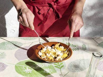 Oriol Blanes prepara uma ensalada.