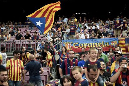 Bandeira da Catalunha é agitada no Camp Nou.