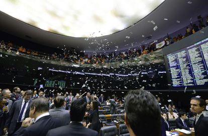 Na Câmara, manifestantes lançam cédulas falsas de dólar com imagem de Rousseff.