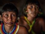 Da esq. para dir.: Angela Yanomami e Ehuana Yaira no encontro de Lideranças Yanomami e Ye'kuana, onde os indígenas se manifestaram contra o garimpo em suas terras. O primeiro fórum de lideranças da TI Yanomami foi realizado entre 20 e 23 de novembro de 2019 na Comunidade Watoriki, região do Demini, Terra Indígena Yanomami.