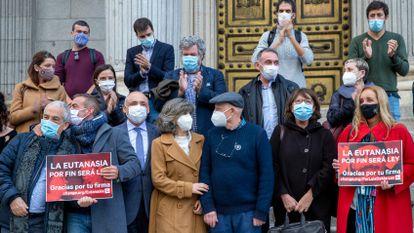 A deputada socialista María Luisa Carcedo (no centro) com parentes, ativistas e demais deputados, em frente à Câmara após a aprovação.