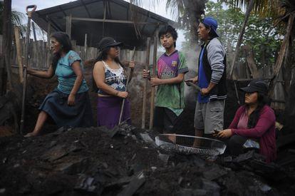Famílias inteiras de Pucallpa estão expostas a doenças por trabalharem entre os resíduos no depósito de lixo da cidade