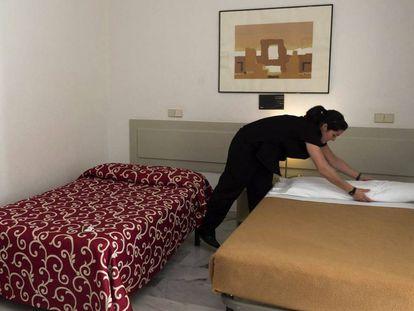 Uma camareira, ou 'kelly', trabalhando em um estabelecimento em Sevilha.