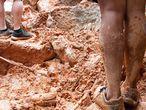 """AME259. GUARUJA (BRASIL), 03/03/2020.- Vista este martes de dos personas caminando por el derrumbe en el """"Morro do Macaco Molhado"""", en Guarujá (Brasil). Al menos trece personas, entre ellas un bombero y un bebé, murieron, mientras que otras 45 están desaparecidas en el litoral del estado de Sao Paulo, el más poblado de Brasil, debido a las fuertes lluvias que golpean la región desde la tarde del lunes, informaron este martes fuentes oficiales. Según el Cuerpo de Bomberos, los fallecimientos fueron registrados en las localidades de Guarujá, a unos 80 kilómetros de la ciudad de Sao Paulo, Sao Vicente y Santos, tres de las ciudades más afectadas por las lluvias que azotan todo el estado de Sao Paulo desde hace semanas. EFE/ Fernanda Luz"""
