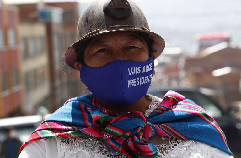 Uma partidária do candidato Luis Arce durante um comício realizado sábado em La Paz.