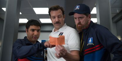 Nick Mohammed, Jason Sudeikis e Brendan Hunt, na primeira temporada de 'Ted Lasso'.