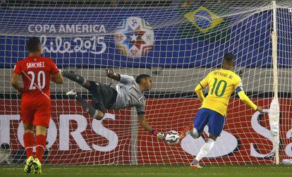 Neymar marca primeiro gol.