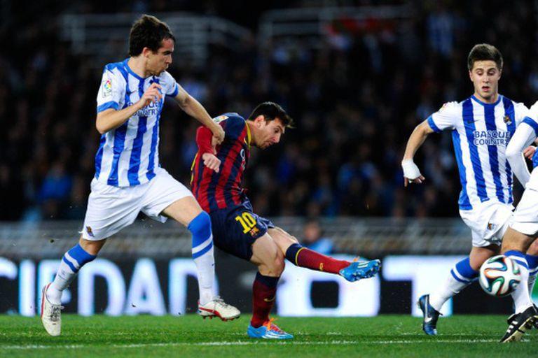 Messi marca entre Mikel González e Gaztañaga.