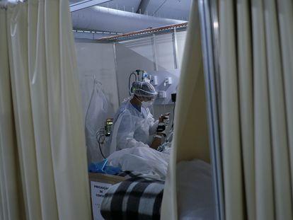 Uma fisioterapeuta atende um paciente com covid-19 em recuperação na UTI de um hospital no Rio de Janeiro, em 22 de julho.
