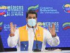 AME1465. CARACAS (VENEZUELA), 14/10/2020.- Fotografía cedida por Prensa de Miraflores donde se observa al presidente venezolano, Nicolás Maduro, quien habla en un acto de Gobierno hoy miércoles en Caracas. Maduro anunció que se podrán reabrir los puntos turísticos a partir del 1 de diciembre y que estudiará la flexibilización vigilada para reactivar la economía en la época navideña. EFE/PRENSA MIRAFLORES /NO VENTAS /SOLO USO EDITORIAL