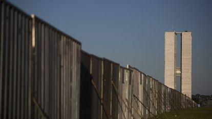 Muro dividindo a esplanada dos ministérios