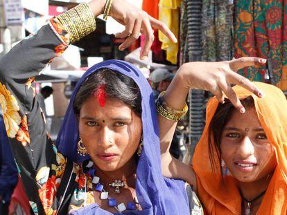 Embora presente em várias regiões da Índia, o ritual procede da comunidade nômade do Rajastão, ancestral dos ciganos da Europa.