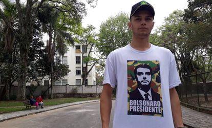 Leonardo Henrique Bello, de 18 anos, em um parque em Curitiba.