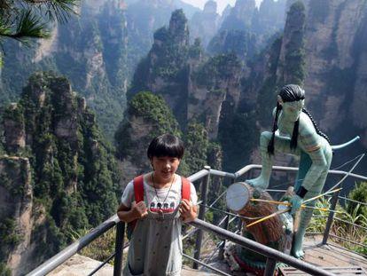 Uma menina posa com uma escultura inspirada em 'Avatar' no parque nacional de Zhangjiajie.