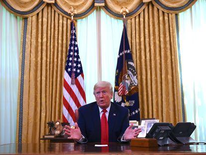 O presidente Donald Trump conversa com a imprensa sobre a possibilidade de fabricação de vacinas por empresas americanas.