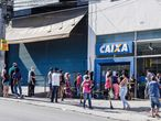 """20 July 2020, Brazil, Sao Paulo: Brazilians stand on long queue to get government money help from Government's bank """"Caixa"""". Photo: -/TheNEWS2 via ZUMA Wire/dpa 20/07/2020 ONLY FOR USE IN SPAIN"""