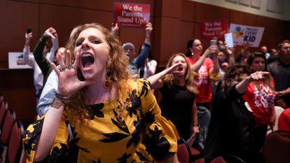 Uma mãe grita na reunião do conselho escolar de Loudoun, em 22 de junho.