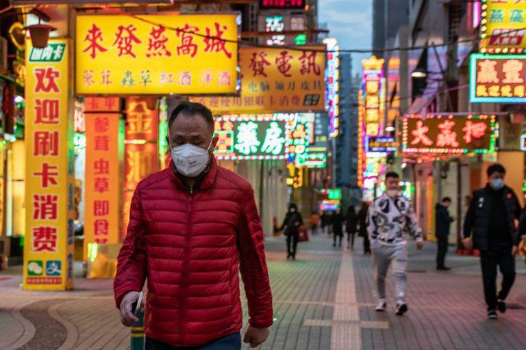 Um morador da cidade de Macau se protege do coronavírus.