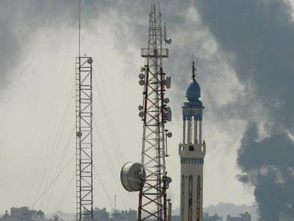 Coluna de fumaça em Gaza após a retomada da ofensiva.