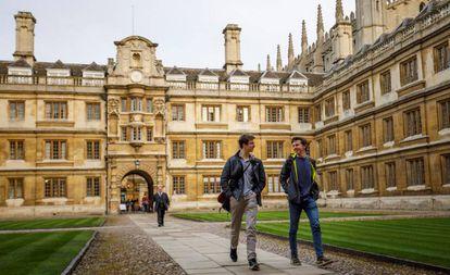 Alunos na Universidade de Cambridge, no Reino Unido.