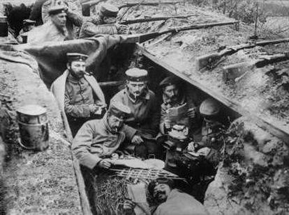 Soldados leem em uma trincheira da Primeira Guerra Mundial.