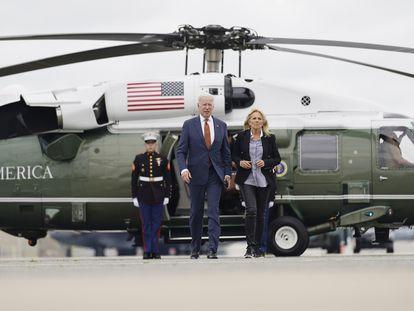 O presidente dos Estados Unidos, Joe Biden, e sua mulher, Jill Biden, se preparam para embarcar no avião presidencial Air Force One, na sexta-feira passada, na base militar de Dover (Maryland).