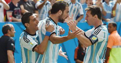 Di María, Higuaín e Messi comemoram a classificação.