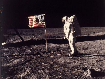20 de julho de 1969. O astronauta Edwin Aldrin em pé junto à bandeira dos EUA na Lua durante a missão 'Apollo 11'. Aldrin e seu colega, o astronauta Neil Armstrong, foram os primeiros homens a caminhar sobre a superfície lunar.