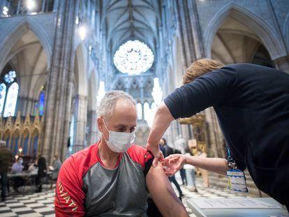 50 milhões de vacinas já foram administradas no Reino Unido, a maioria em uma única dose. Na imagem, vacinação na abadia de Westminster.