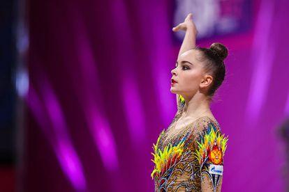 Arina Averina, uma das duas grandes estrelas da ginástica rítmica da Rússia nas Olimpíadas de Tóquio (a outra é sua irmã gêmea, Dina). A ginasta veste um collant repleto de pedrarias e plumas.