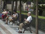 Un jubilado sentado en un parque de Sevilla.