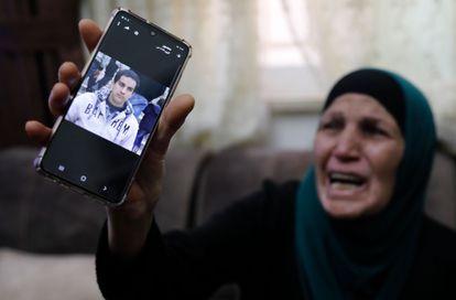 A mãe de Iyad Hallak mostra neste sábado uma imagem de seu filho no celular.