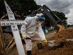 AME1779. MANAOS (BRASIL), 27/01/2021.- Trabajadores entierran hoy a una persona fallecida por covid-19, en el cementerio público Nossa Senhora Aparecida en Manaos, Amazonas (Brasil). Manaos es el mayor reflejo de la caótica gestión de la pandemia en Brasil, donde el virus ya deja 7.560 muertos y 257.600 contagios. En la capital amazónica los hospitales están cada vez más colapsados, tan solo Manaos cuenta con camas disponibles en la Unidad de Cuidados Intensivos (UCI), por lo que más de 270 pacientes fueron ya trasladados a otros estados del país. EFE /RAPHAEL ALVES