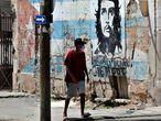 Un hombre camina frente a un mural del Che Guevara, este jueves en La Habana.