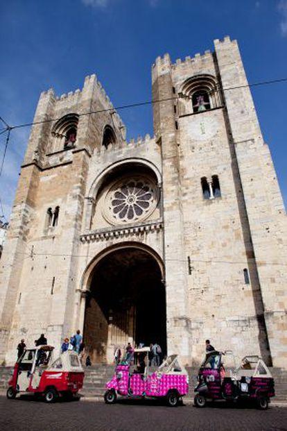 Tuk-tuks em frente da Sé de Lisboa, a catedral.